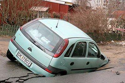 عکس فرو رفتن ماشین در زمین
